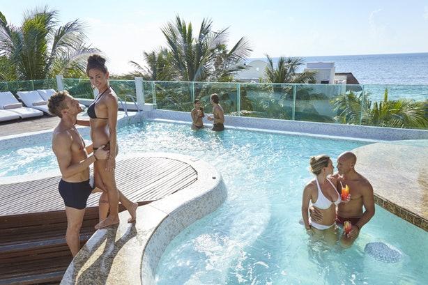 fiesta-piscina-despedida-de-soltero-en-colombia